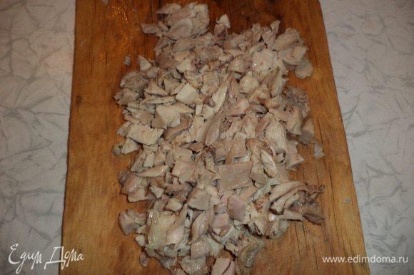 Окорочка отварить, остудить, кожицу снять, избавиться от костей, и нарезать мясо маленькими кусочками.
