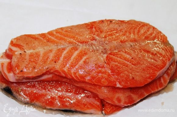 Намазать каждый кусок рыбы маринадом с двух сторон, уложить их друг на друга.