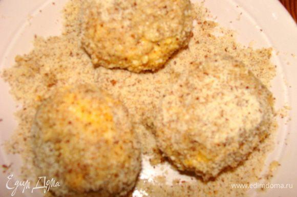 Достать подмерзшие сырные шарики из морозилки. В сковороде или фритюре разогреть масло. Если делать не шарики, а котлетки по форме, можно и просто пожарить на сковородке. Обжаривать 1-1.5 минуты с каждой стороны (если во фритюре). Можно вместо ореха использовать второй раз сухари панировочные. Я делала и так и так, поэтому цвет у шариков разный.. С орехом конечно пикантнее вкус.