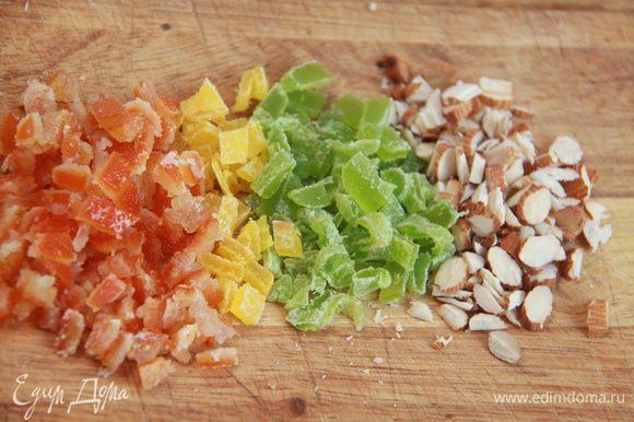 Нарезать орехи и цукаты.