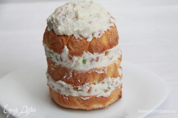 Сборка: коржи щедро промазать кремом. Убрать пирожное в холодильник на час.