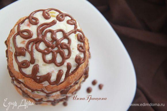 Украсить узорами из растопленного шоколада.