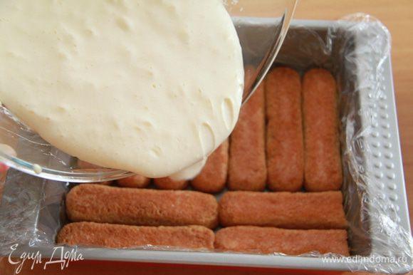 Пропитанное печенье выложить в ряд в форму (лучше стеклянную), затем вылить половину крема. Слои повторить. Убрать десерт в холодильник на пару часов.