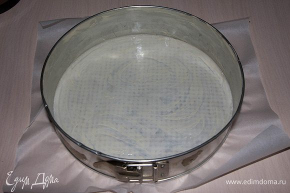 Форму для тортов выстелить пергаментом и смазать сливочным маслом.