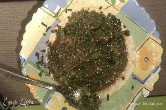Для приготовления соуса. Оливковое масло перемешать с бальзамическим уксусом и сливками, приправить солью, перцем, сахаром. Прибавить рубленную петрушку и мелко нарезанный шнитт-лук, перемешать.