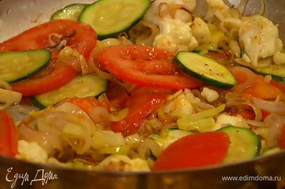 В сковороду с цукини и луком выложить цветную капусту, помидор и чеснок, перемешать, посолить, поперчить, добавить пудру карри и сахар, перемешать, обжаривать еще буквально минуту, затем снять с огня.