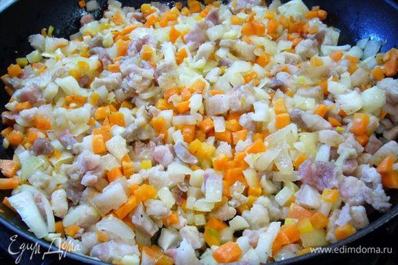 Морковку почистить – порезать кубиками, лук освободить от шелухи, порезать (луковицу взять покрупнее!), чесночок очистить и раздавить плоской стороной ножа. Сало порезать. На оливковом масле потомить сало вместе с луком, морковью, чесноком. Колбасу режем кубиками, добавляем к поджарке.