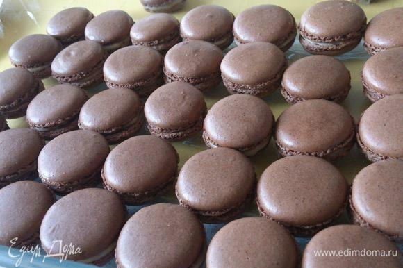 Выложить печенье в лоток и поставить в холодное место, желательно на сутки. А вообще чем дольше они постоят, тем вкуснее будут.