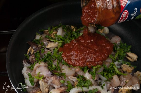 Добавить томатный соус и тушить в течение 10 мин.