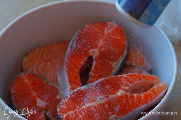 """Свежие стейки посолить, сбрызнуть соком лимона с двух сторон; духовку включить на 225""""С."""
