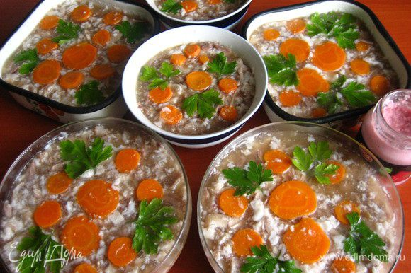 Этот холодец делала раньше из этих же ингредиентов, только подавала прямо в пиалках, поэтому морковка и зелень наверху для украшения.
