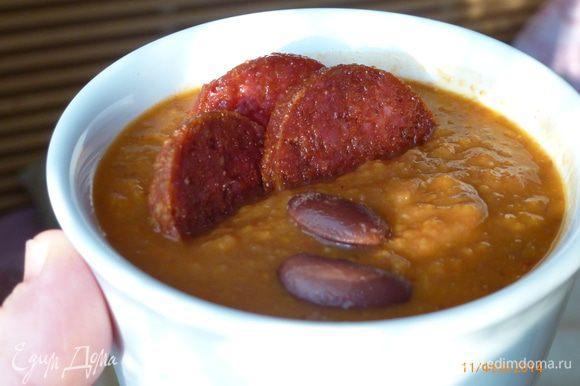 Измельчаем суп в блендере. Солим и перчим по вкусу. Готовый суп разливаем по тарелкам, украсив обжаренными кружочками чоризо. Приятного аппетита!
