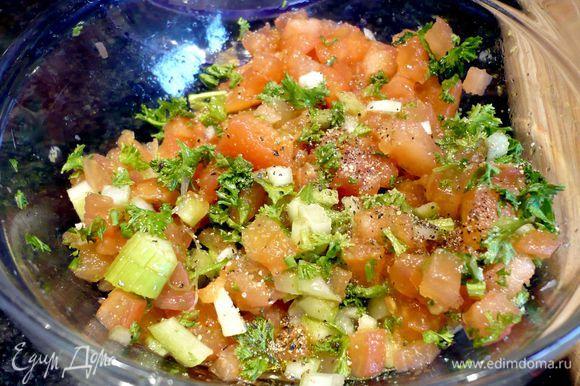 Тем временем из очищенного от волокон и мелко порезанного сельдерея, остальных мелко порезанных помидор, порубленной петрушки, 2 ст.л. лимонного сока, сахара приготовим салат. Посолим его и поперчим по вкусу.