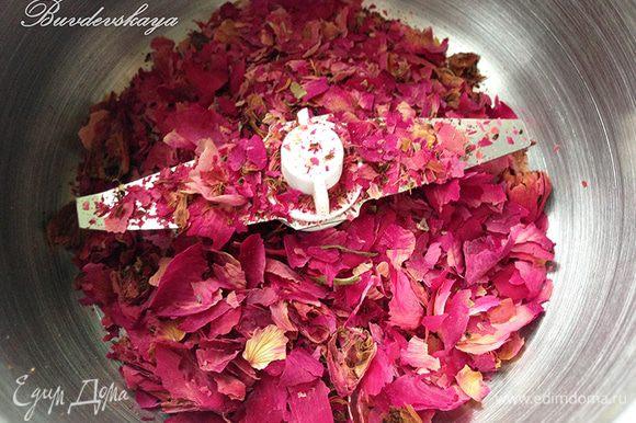 7. Готовим розовую пудру. Кладем в кофемолку лепестки бутонов роз (без плодоножек и листиков) и сахарный песок и перемалываем в пудру.