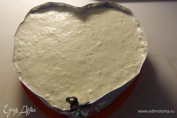 Утром достаем торт и аккуратно вынимаем из формы. Перекладываем на блюдо, на котором будем его подавать. Снимаем фольгу, выравниваем бока.