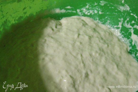 Развести дрожжи в теплой воде, добавить соль, сахар и муку.