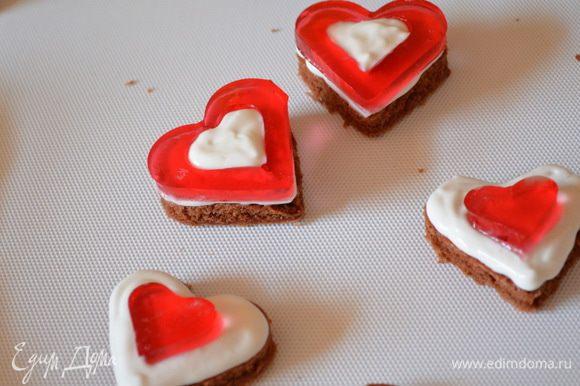 Из обрезков бисквита и желе можно сделать мини-пироженки. Приятного аппетита!!!