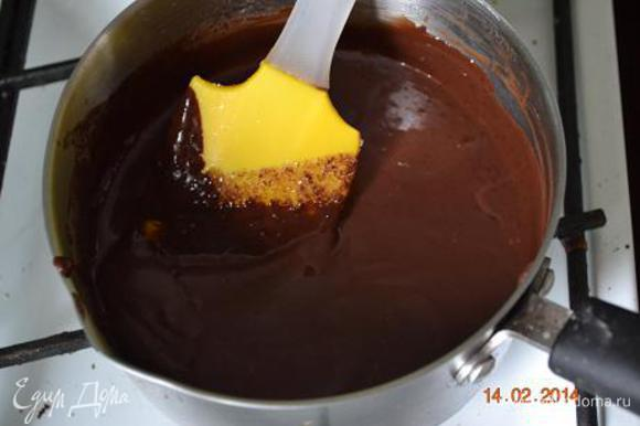 Шоколадный ганаш: 125 мл сливок доводим до кипения(не кипятить), распускаем в горячих сливках 60 г масла и наломаный шоколад. Вымешать лопаточкой до однородности, влить 1 ст л коньяка.
