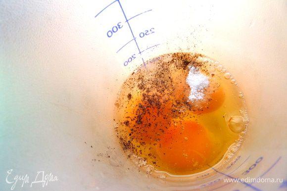 Пока они варятся,в шейкере взбиваем яйца с солью,мускатным орехом и перцем.