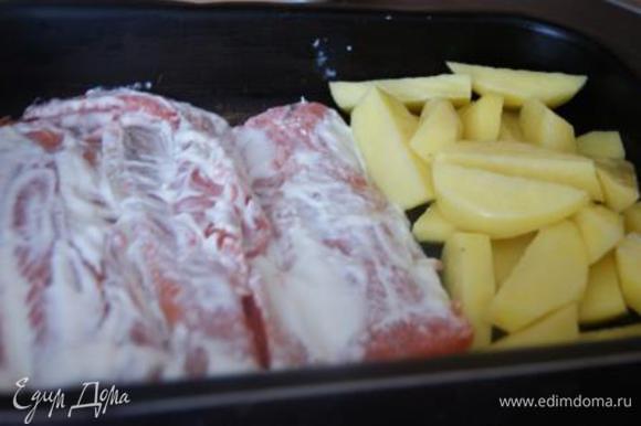 Картофель порезать дольками, посолить. В форму, смазанную оливковым маслом, выложить рыбу и картофель.