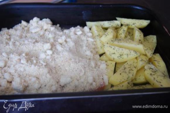 Картофель посыпать травами, на рыбку выложить крамбл.