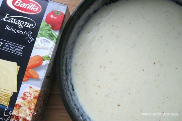 Сливочное масло растопить на сковороде, добавить муку, перемешать. Пассируем, пока мука не приобретет золотистый цвет. Тонкой струйкой влить разогретое молоко, помешивая, чтобы не было комков. Посолить, поперчить, добавить мускатный орех. Перемешать.