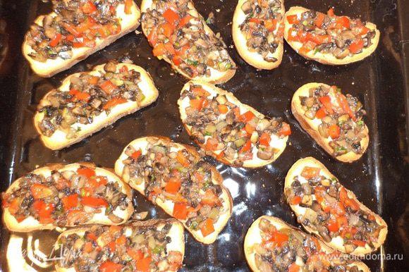 Обжаренные грибы с перцем выложить на кусочки батона. Запекать при температуре 180 градусов 5 минут.