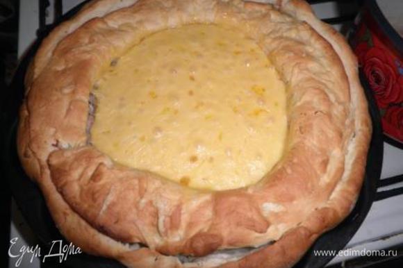 Поставьте в разогретую до 180 градусов духовку и выпекайте 35-40 минут. За 15 минут до готовности посыпьте тертым сыром.