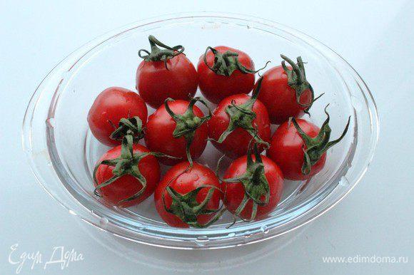 В оригинальном рецепте используются вяленые помидоры... Я заменила их на запеченные... Помидоры помыть, обсушить и сложить в небольшую форму для запекания.