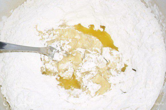 В горячий маргарин высыпаем муку и быстро размешиваем вилкой.