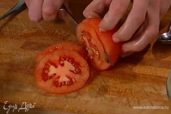 С помидоров снять кожицу, нарезать их тонкими кружками и, если помидоры зимние, посыпать сахаром.