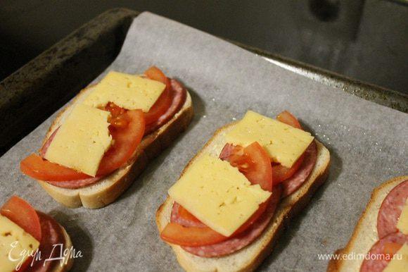 Сыр. Остальные 4 ломтика батона мажем соусом и намазанной стороной кладем на сыр. Ставим в духовку разогретую до 180 градусов на 10-15 минут.