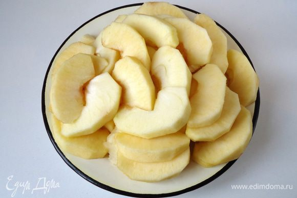 Яблоки очистить от кожуры, удалить сердцевину, нарезать дольками. *Для этого десерта лучше брать кисло-сладкие яблоки, лучше всего зеленые.