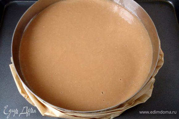 Бока формы смазать маслом. Вылить поверх теста яблочную заливку. Выпекать при 160°С 1 час.