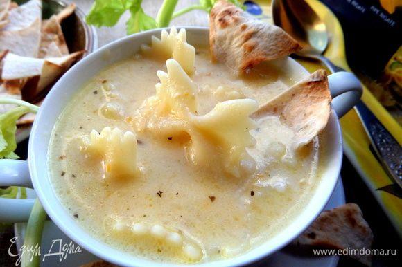 Наливаем порцию супа в бульонную чашку.