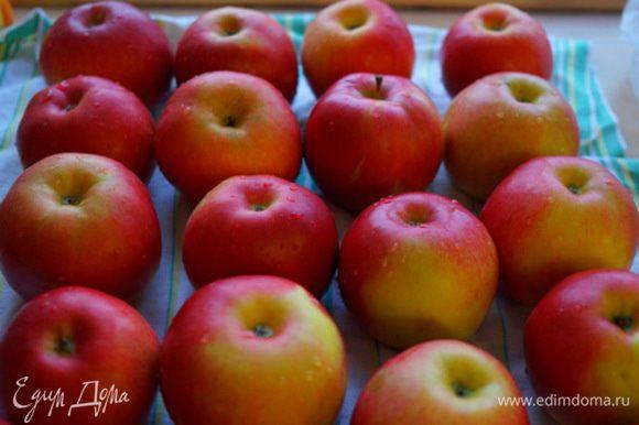 Для приготовления этого десерта берем вкусные кисло - сладкие крупные яблоки. Почистить и порезать их дольками.