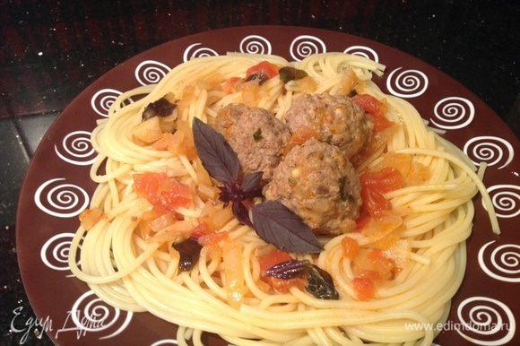 Выложите спагетти, посередине выложите тефтельки, обильно полейте соусом.