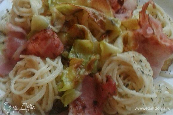 На тарелку выложить горячие спагетти, положите на них приготовленный бекон, кабачок, посыпьте немного сыром пармезан. Предложите оставшийся сыр отдельно.