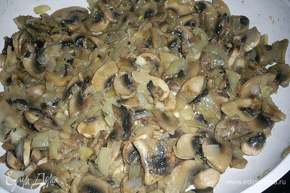 После испарения жидкости добавляем растительное масло и мелко нарезанный лук. Солим по вкусу и обжариваем до готовности лука.