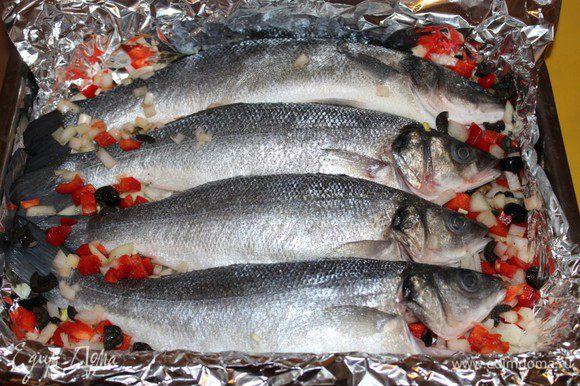 Выложить рыбу на луковую подушку. На рыбу выложить остатки начинки (если таковые имеются...)