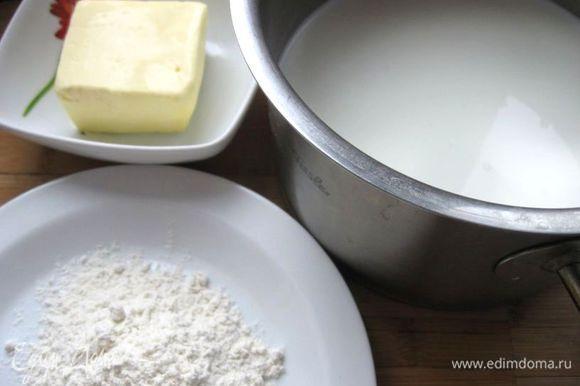 Капусту положить в кастрюльку, налить немного воды, чтобы овощи были покрыты наполовину. Подержать на маленьком огне 5 минут, снять с огня, слить воду и дать немного обсохнуть на дуршлаге. Порезать на кусочки, посолить, поперчить. Перемешать. Приготовить все необходимое для соуса бешамель. Сливочное масло растопить на сковороде, добавить муку, перемешать. Пассируем, пока мука не приобретет золотистый цвет. Тонкой струйкой влить разогретое молоко, помешивая, чтобы не было комков. Посолить, поперчить. Перемешать.
