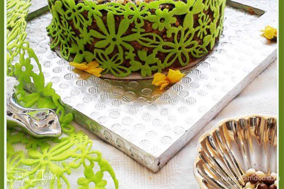 Сборка торта: Смазать первый и второй корж кремом, сложить стопкой. Верхний корж смазать глазурью. Боковую часть торта обсыпать измельченным миндалем. Сверху украсить шоколадными горошками.