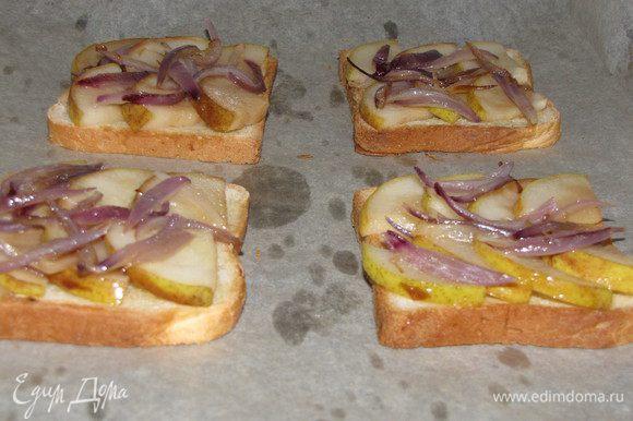 Выложите на поджаренный хлеб груши с луком.