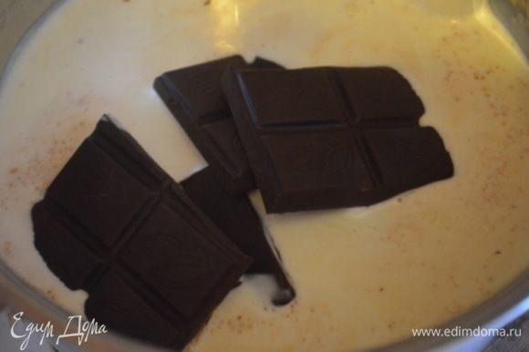 Торт я обмазала ганашем: для этого нагреть (но не кипятить) 200 мл 35% сливок, добавить туда 200 г горького шоколада.