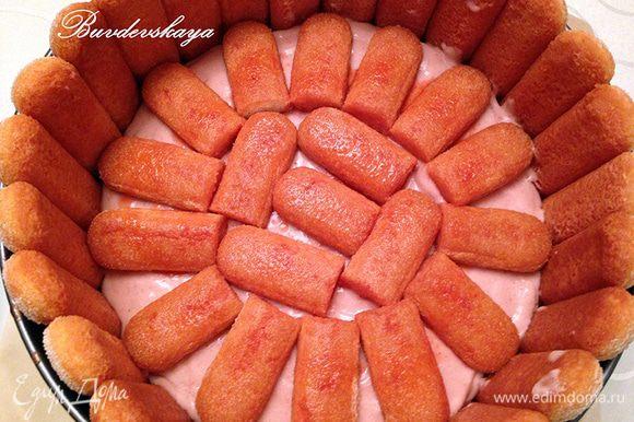Остальное печенье обмакнуть в сироп и выложить сверху на крем. При необходимости разрезать савоярди на кусочки. Вылить сверху на печенье оставшийся клубничный мусс и поставить в холодильник минут на 15.