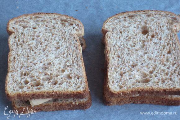Сыр нарезать пластинками и выложить на начинку, накрыть вторыми половинками хлеба и запечь в духовке ещё 10 минут.