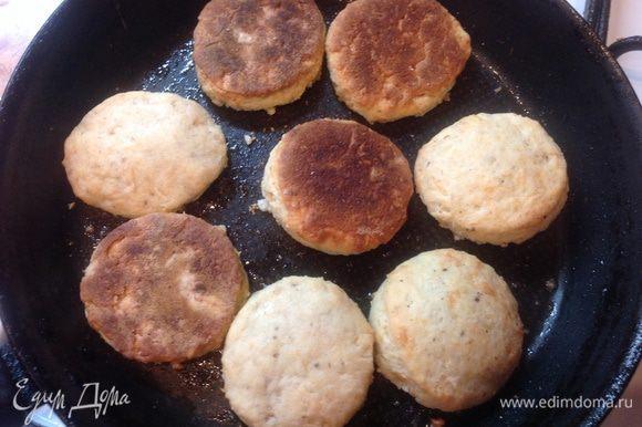 Бисквит разделить вилкой и поджарить на сковородке.