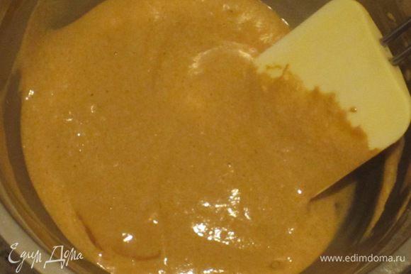 Взбить белки до устойчивых пиков и аккуратными движениями снизу-вверх ввести в тесто. Накрыть тесто пищевой плёнкой и отправить в холодильник на 30 минут.