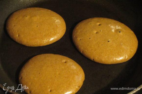 Смазать сковороду сливочным маслом и испечь 15 панкейков.