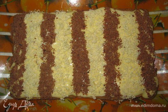 Затем чайной ложкой выкладываем черные и белые полоски, тертым на мелкой терке, шоколадом. Я взяла обычный лист бумаги, чтобы они были ровными.